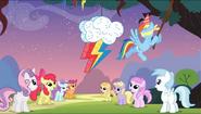 S04E12 Rainbow Dash niszczy piniatę