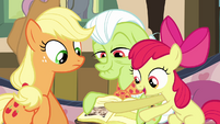 Apple Bloom points at another photo S3E8