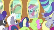 Pinkie y Fluttershy viendo a sus fans T6E18