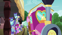 Ponyville ponies see the team off to Appleloosa S6E18