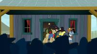 Sheriff Silverstar addressing the ponies S5E6