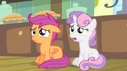 S04E17 Sweetie Belle i Scootaloo martwią się o Apple Bloom