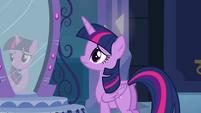 Twilight parada em frente ao espelho EG