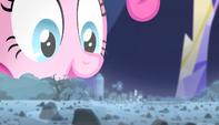 Pinkie ve el holograma de la granja de rocas EMC-P1