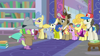 Spike looking puzzled at the tour group S8E11
