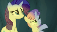 Sweetie Belle gesturing at the cave walls S7E16