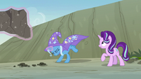 Trixie tosses the large rock at the maulwurf S7E17