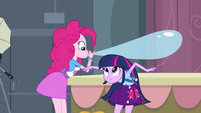 Twilight agacha sob o balão de Pinkie EG