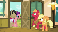 Filthy and Spoiled appear at Apple family's doorstep S6E23