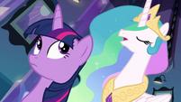 Princesa Celestia questionando Twilight sobre sua tarefa EG