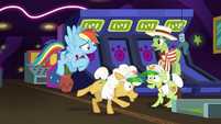 Rainbow grabs the horseshoe from Goldie S8E5
