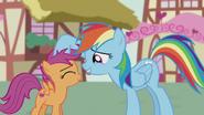 S05E18 Rainbow Dash głaszcze Scootaloo po głowie