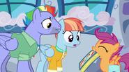 S07E07 Scootaloo pokazuje album rodzicom Rainbow Dash