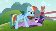 Rainbow Dash sobre a Twilight T03E05
