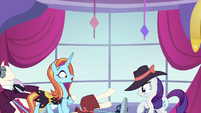 Rarity and Sassy sees mannequins fall again S5E15