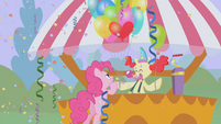 Pinkie Pie getting balloons S1E03