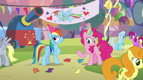 Rainbow Dash pretends to enjoy boysenberry pie S7E23