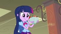 Twilight pegando uma tijela com frutas EG