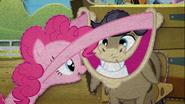 MAFH 10 Pinkie Pie próbuje rozbawić Cranky'ego Doodle