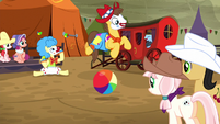 Ponies watching rodeo clowning S5E6