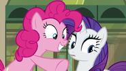 S06E03 Pinkie wskazuje na Maud