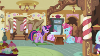 Twilight 'fixing' the cupcakes S2E03