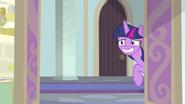 K26 Twilight nerwowo uśmiecha się zza drzwi