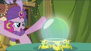 Pinkie Pie olhando para a bola de cristal T2E20