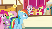 Rainbow Dash looks at sad Scootaloo S9E12