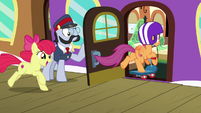 Scootaloo racing onto the train S9E22