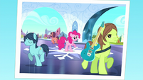 Photo of Pinkie separating from her band S5E11