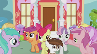 Pipsqueak and CMC walks past students S5E18