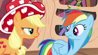 Applejack wearing party hat S4E04