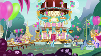Rainbow Dash enters the pie-eating party S7E23