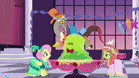 Discord drops the Smooze onto Fluttershy's table S5E7