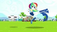 Rainbow Dash kicks the ball again SS4