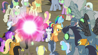 Twilight about to teleport away with her friends S9E2
