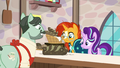 Baker giving bread to Starlight and Sunburst S8E8.png