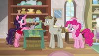 Pinkie waits for Mudbriar to buy something S8E3