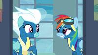Rainbow Dash gives Fleetfoot a grin S6E7
