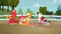Scootaloo follows Sweetie Belle S2EP12