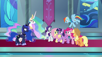 "Twilight's friends catch her ""probably"" S9E2"
