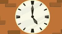 Clock close-up S02E17