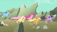 Main ponies racing to the scene S01E19
