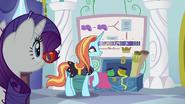 S05E14 Sassy Saddles prezentuje sukces Rarity