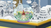 Snow globe of Ponyville S8E16