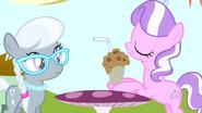 S04E12 Diamond Tiara i Silver Spoon przy stoliku