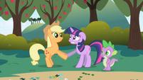 Applejack greets Twilight S1E1