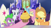 Pinkie presents gold cupcake to her friends S9E14