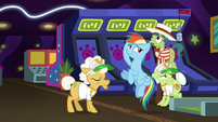 Rainbow tosses horseshoe without looking S8E5